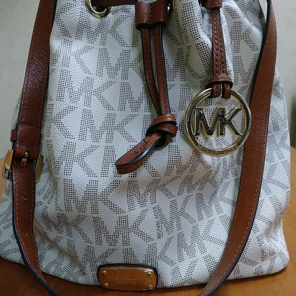 7dac4f1e3295f1 Michael Kors Vanilla Bucket Bag. M_5b158b59df0307c51e2cd5ba